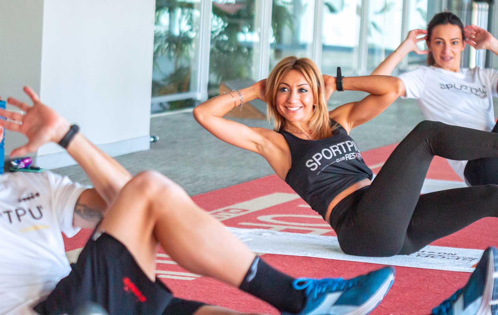 Donna felice esercizio addominali