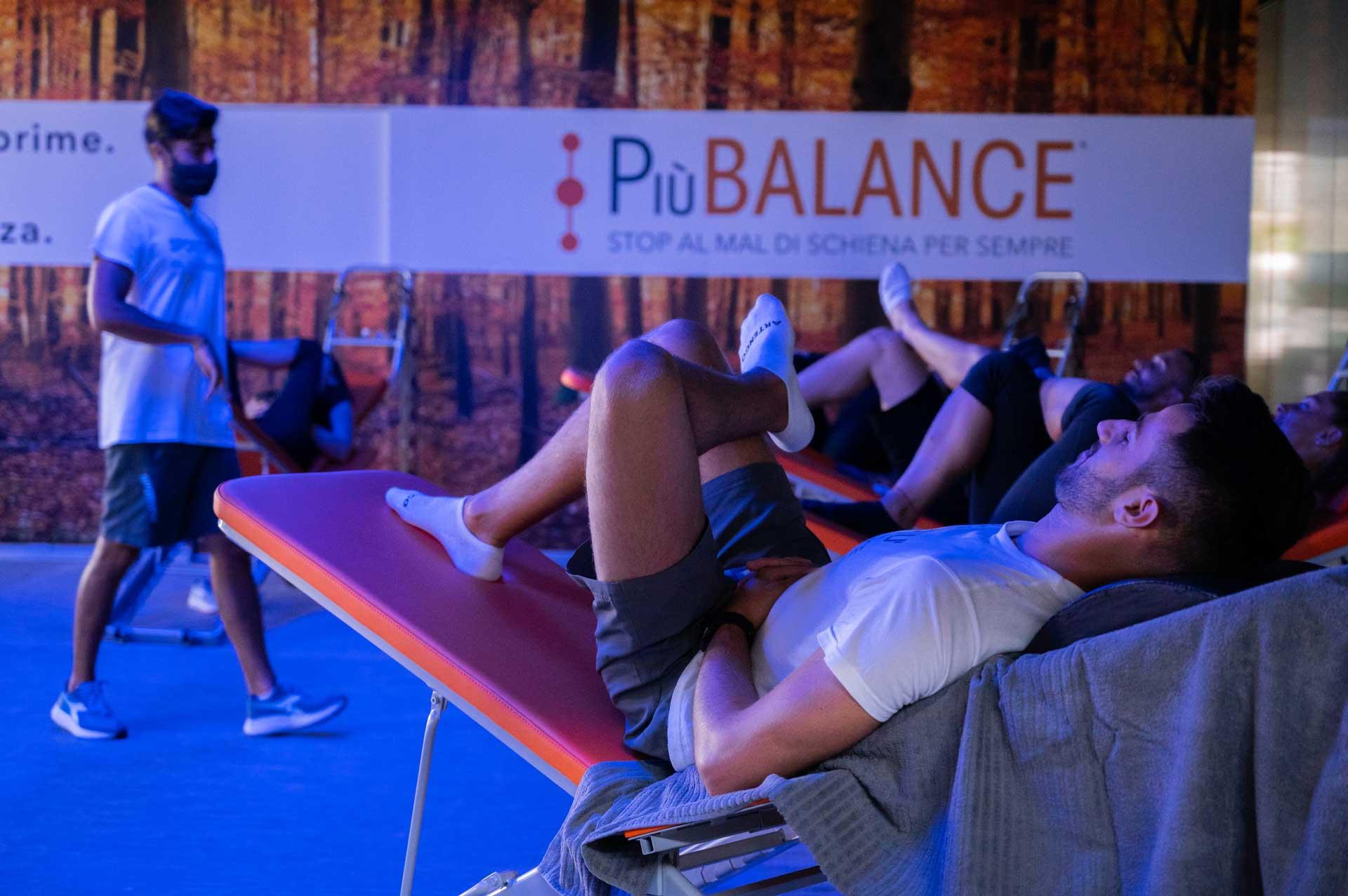 Uomo su panca esercizi per il mal di schiena