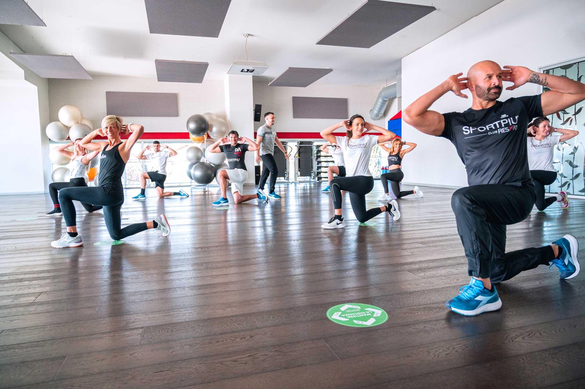 Ragazzi e trainer corso fitness