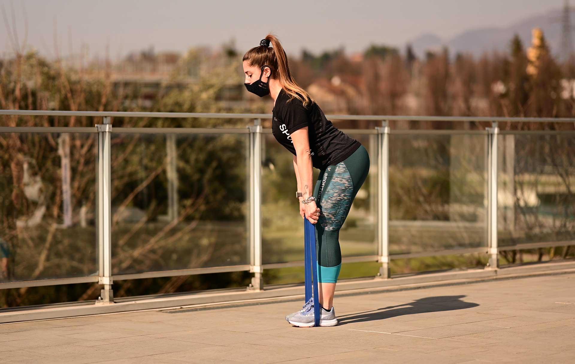 Elastico blu ragazza esercizio