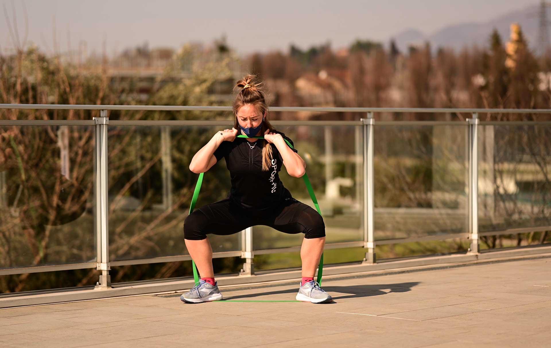 Elastico verde ragazza esercizio