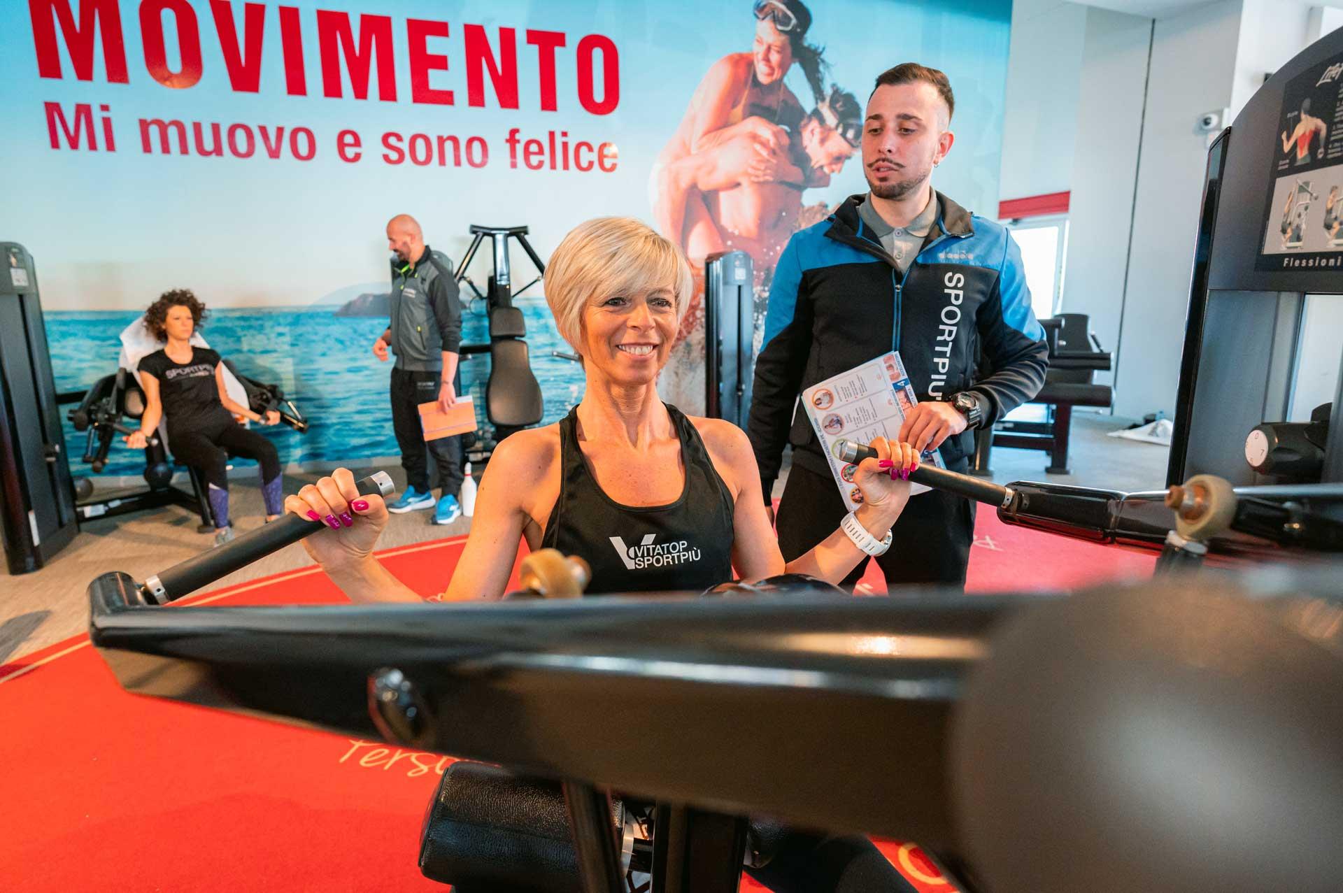 Donna e trainer, trazione verticale
