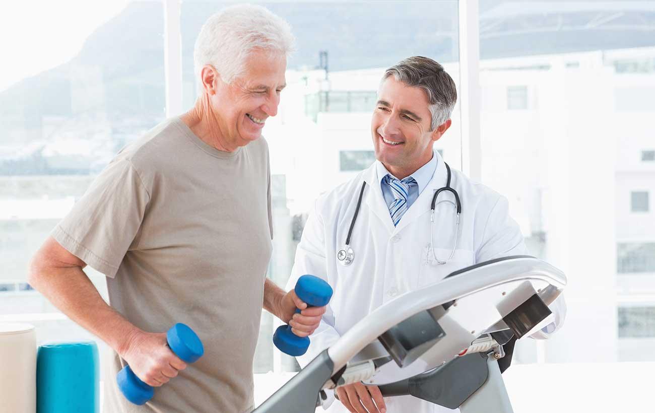 Medico e paziente con i pesi