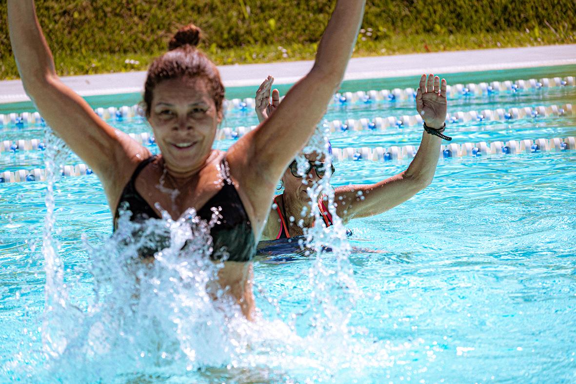 Donne piscina estate energia nuoto corso acqua