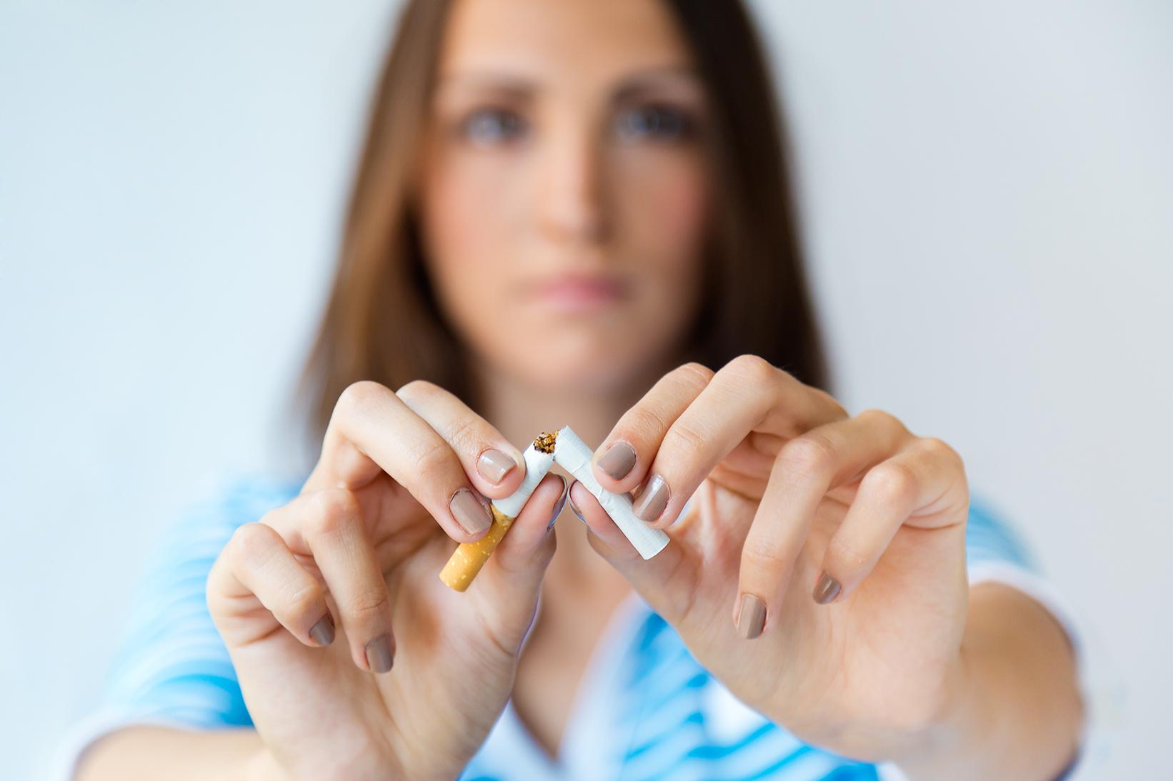Ragazza giovane cigaretta lotta contro fumo