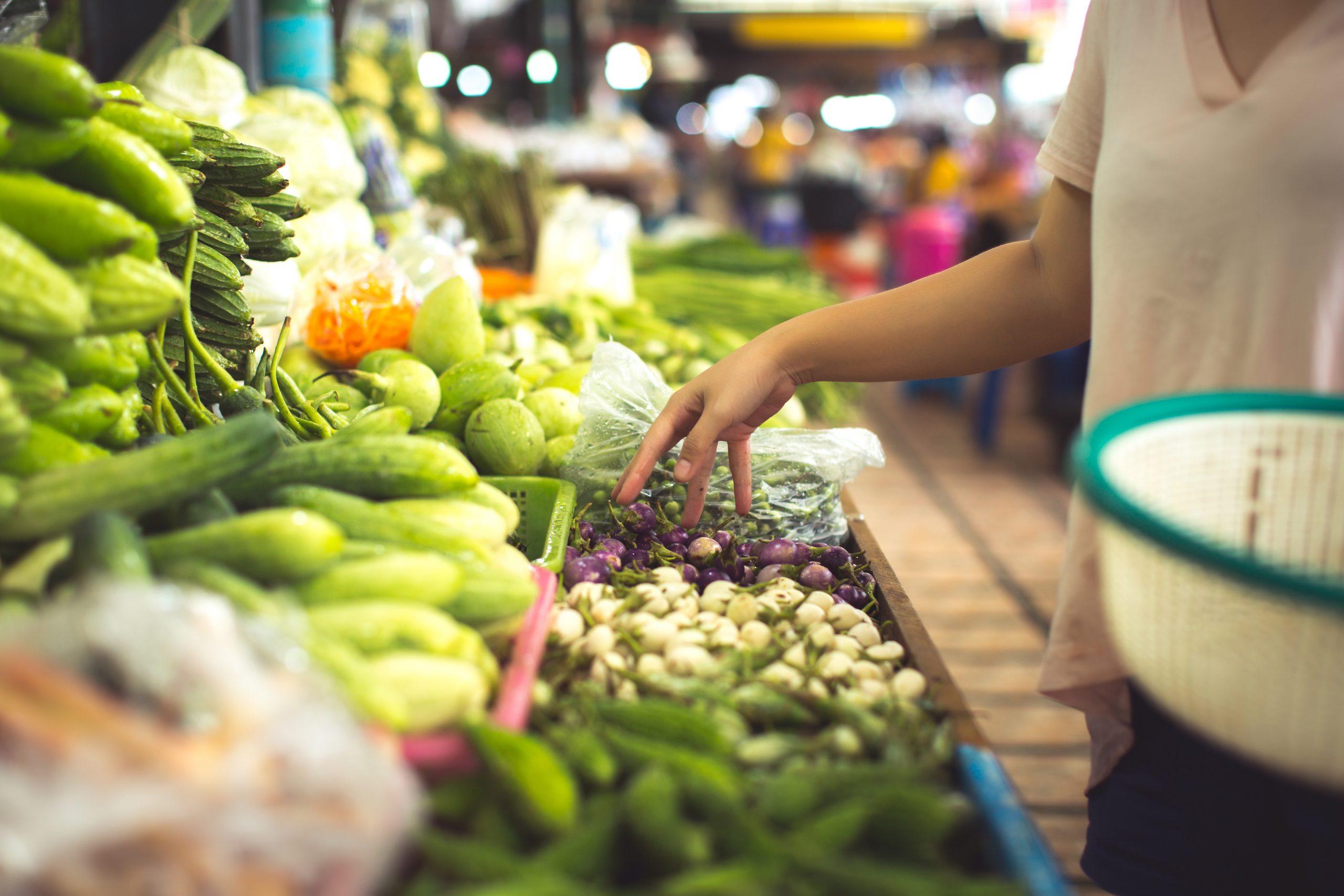 Donna spesa verdura verde estiva organiche bio mercato